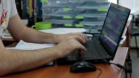Mannhände, die auf Computertastatur schreiben stock video footage