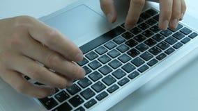Mannhände, die auf Laptop schreiben stock video