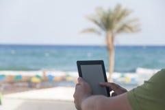 Mannhände, die ebook Leser halten stockfotografie