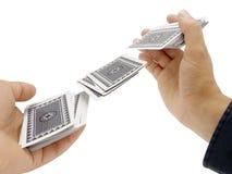 Mannhände, die Karten schlurfen Lizenzfreies Stockbild