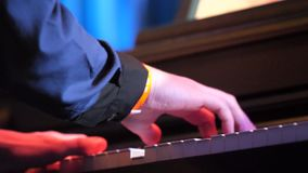 Mannhände, die oben Klavier, Abschluss spielen Hände, die altes Klavier spielen Schließen Sie oben von einem Musiker, der eine Kl stock footage