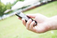 Mannhände, die Smartphone halten Stockfoto