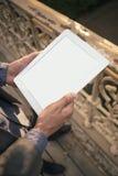 Mannhände, die Tabletten-PC halten Stockbilder