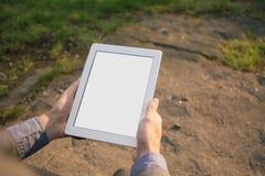 Mannhände, die Tabletten-PC halten Lizenzfreie Stockfotos
