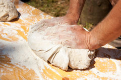 Mannhände, die Teig kneten Lizenzfreies Stockbild