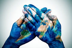 Mannhände kopiert mit einer Weltkarte (versorgt von der NASA) Stockfoto