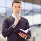 Mannhände mit Stift und Geschäftsdokument Stockfoto