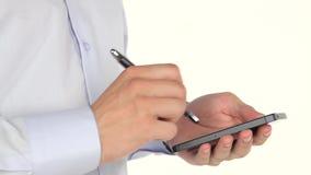 Mannhände unter Verwendung des Smartphone und des Griffels stock video footage
