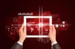 Mannhände unter Verwendung des Tabletten-PC Bild der Weltkarte an Stockfoto