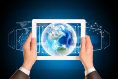 Mannhände unter Verwendung des Tabletten-PC Bild von Erde an Stockfotos