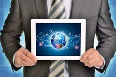 Mannhände unter Verwendung des Tabletten-PC Bild von Erde und Lizenzfreies Stockfoto