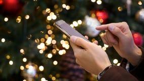Mannhände, zum des Notenmobiltelefons zu benutzen Lizenzfreies Stockbild