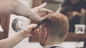 Mannhaarschnitt Männlicher Haarschnitt Friseurausschnitthaar mit Scheren und Kamm am 29 Haarschnittmann Friseurhaarschnitt stock video footage