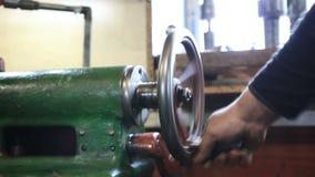 Mannhand, die alte Reguliervorrichtungen der Drehmaschine bedient stock video