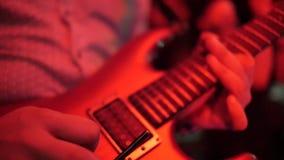 Mannhand, die Gitarre spielt stock video