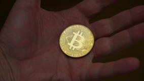 Mannhand, die Gold-bitcoin hält stock footage