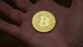Mannhand, die Gold-bitcoin h?lt stock video footage