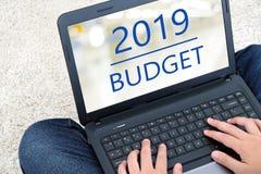 Mannhand, die Laptop-Computer mit Budget 2019 auf Schirm backgr bindet lizenzfreies stockbild