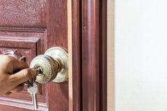 Mannhand, die Tür zuschließt lizenzfreies stockfoto
