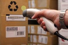 Mannhand mit dem Barcodescanner in Kraft. Lizenzfreie Stockfotografie