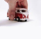 Mannhand mit dem Halten des Retro- Autos Lizenzfreie Stockfotografie