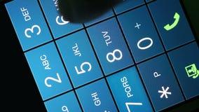 Mannhand wählt eine Telefonnummer stock video