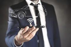 Mannhand Wi-Fi und Auto auf Schirm stockbilder