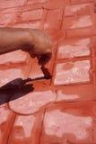 Mannhandanstrich mit Pinsel lizenzfreie stockbilder