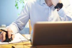 Mannhandarbeit mit Laptop stockfotos