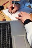 Mannhandarbeit mit Laptop stockbild