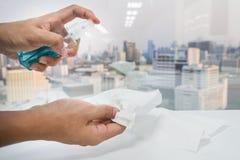 Mannhandgebrauchs-Alkoholflasche mit Seidenpapier für gesundheitliches im Büro Stockfotos