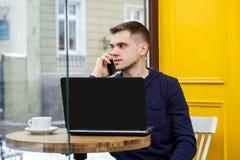 Mannhandgebrauchslaptop Verbindungswifi Internet-Geschäftsmann beschäftigt an Schreibensitzendem Holztisch des computers des Schr stockfotografie