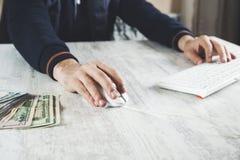 Mannhandgeld mit Computer stockbilder