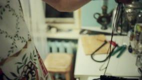 Mannhandgriff und -Würfe wickeln Kassette in kochende Kasserolle ab Kunsthaus stock video