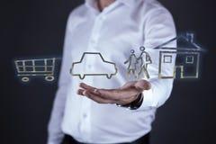 Mannhandkorb mit Auto- und Hausmodell auf Schirm lizenzfreie stockfotos