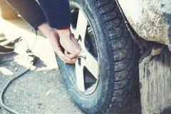 Mannhandreifen für Auto stockfotos