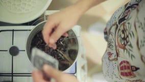 Mannhandwürfe wickeln Kassette in kochende Kasserolle auf Gasherd ab Kunsthaus stock footage