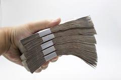 Mannhandzupacken-Geldanmerkung Stockbild