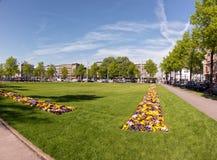 MANNHEIM, DEUTSCHLAND - 10. April 2017: Das Grün und die Blumenbeete herein in die Stadt werden für bevorstehendes Ostern-Wochene Stockfotografie