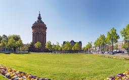 MANNHEIM, DEUTSCHLAND - 10. April 2017: Neue Blumenbeete gestalten das Grün vor dem berühmten Wasserturm Lizenzfreie Stockbilder