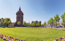 MANNHEIM, DUITSLAND - April 10, 2017: Het verse kader van bloembedden green voor de beroemde watertoren Royalty-vrije Stock Afbeeldingen