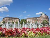 Mannheim Tyskland Friedrichsplatz staden parkerar i sommartid Arkivfoto