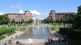 Mannheim Tyskland Friedrichsplatz staden parkerar i sommartid stock video