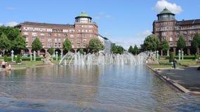 Mannheim Tyskland Friedrichsplatz staden parkerar i sommartid arkivfilmer