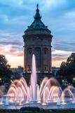 Mannheim Watertower und Brunnen während des Sonnenuntergangs Lizenzfreie Stockbilder