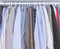 Mannhemdfall auf einem Kleiderbügel Lizenzfreie Stockbilder