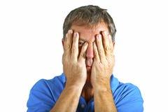 Mannhändchenhalten vor Gesicht Lizenzfreies Stockfoto