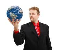 Mannholding Erdekugel in seiner Hand Stockfoto