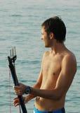 Mannholding-Fischenharpune Lizenzfreies Stockfoto