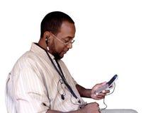Mannholding-Mobiltelefon getrennt durch Ausschnittspfad Lizenzfreie Stockbilder